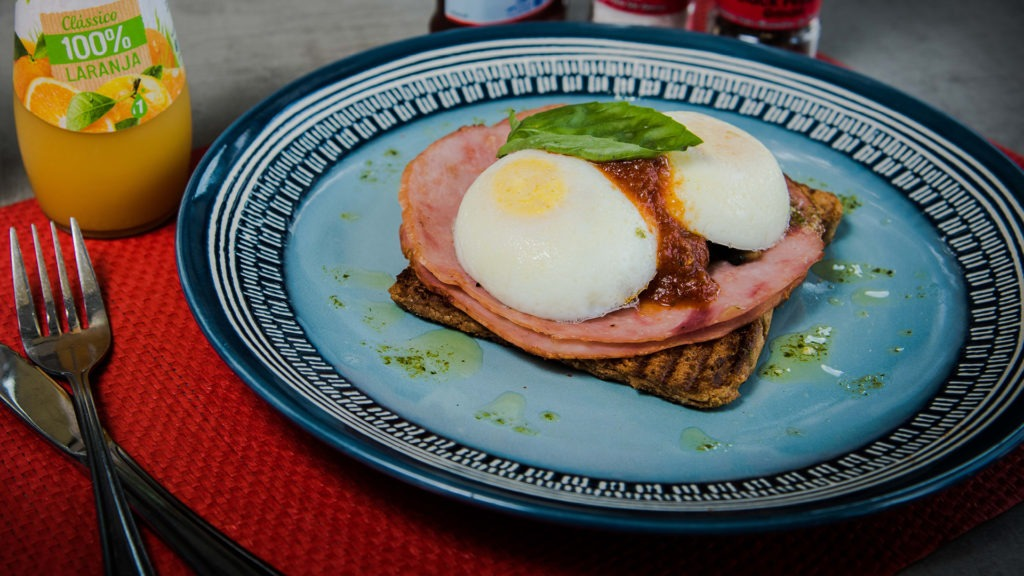 Escalfadinho Florentino – Poached egg, mushrooms, hickory ham & a fresh tomato salsa.