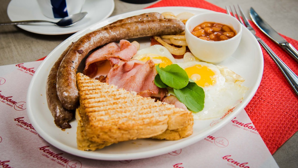 Nacional breakfast – Two eggs, bacon, two beef breakfast sausages, baked beans, grilled tomato & onion.