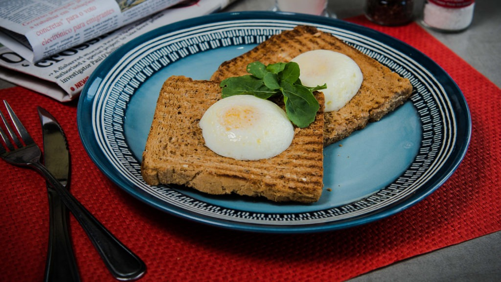 Escalfadinho Simples – Two poached eggs on rye or seeded bread.