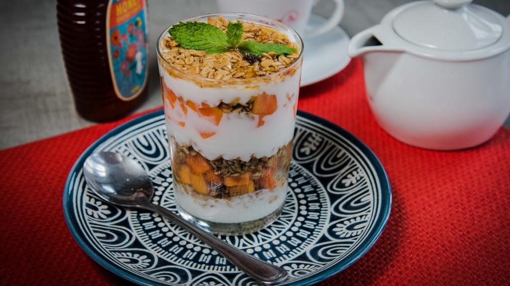 Clássico com Fruta –Layered Muesli, fat free yogurt, honey & paw paw.