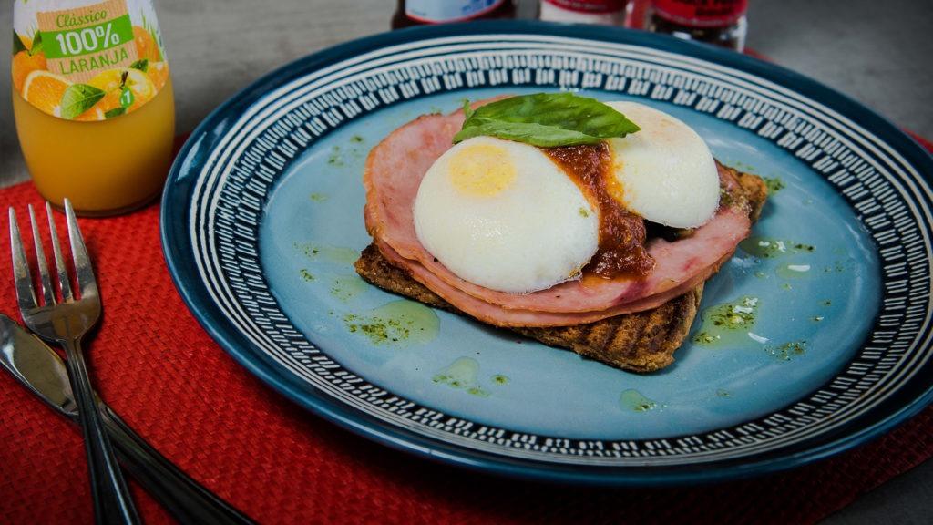 Escalfadinho Florentino – Poached egg, mushrooms, hickory ham & a fresh tomato salsa.